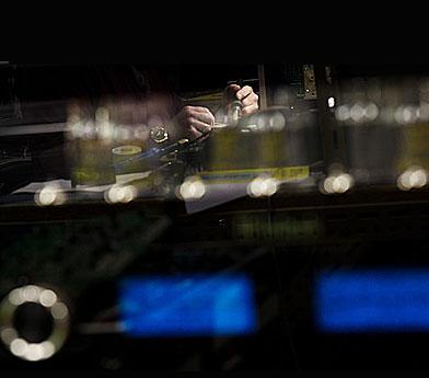 1_Discover-McIntosh-blurry-hands-box-1